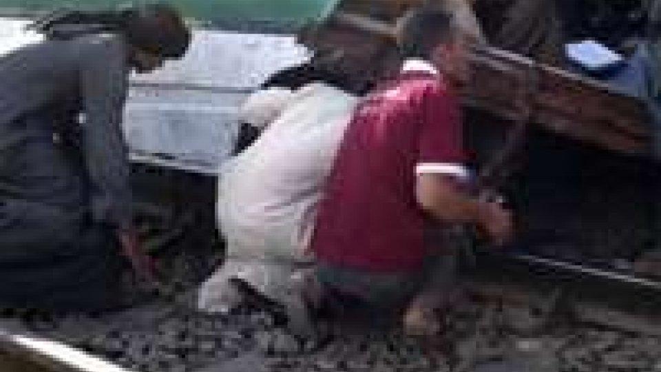 India: treno travolge pellegrini indù, almeno 20 morti
