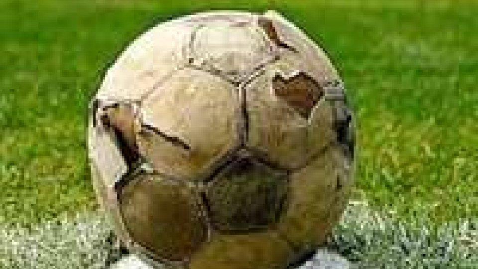 Calcio: arbitro nega minuto silenzio, ma squadre si fermano