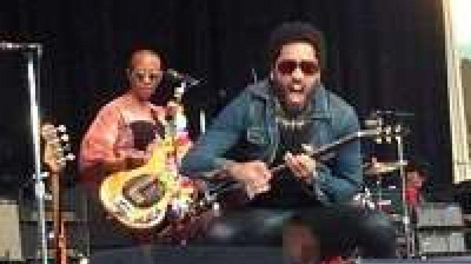 Lenny Kravitz, i pantaloni si strappano...