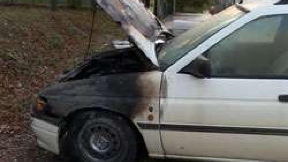 la vettura incendiata