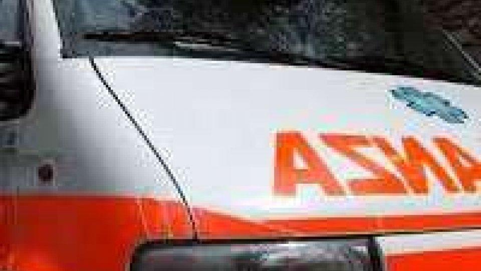 Auto si schianta contro albero nel forlivese: un morto e quattro feriti gravi