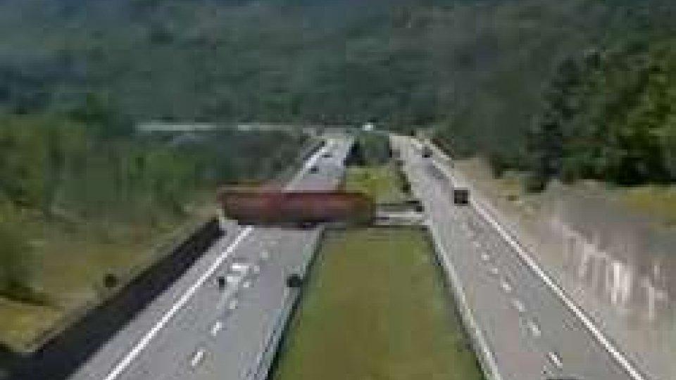 Massa Carrara: inversione di marcia in A15, camionista denunciato dalla Polizia