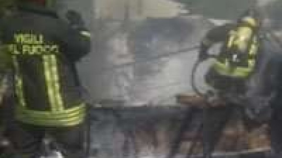 Rimini: a fuoco una imbarcazione ferma in una rimessa. Probabile l'origine dolosa