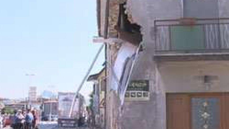 Camion di rifiuti sbanda e sfonda una abitazioneCamion contro abitazione, anziano al Bufalini