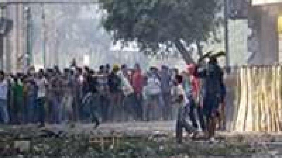 Egitto: tafferugli a Tahrir, polizia erge muro protezione