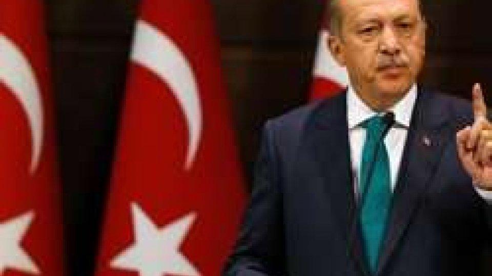 Turchia, oltre 7 000 arresti, Erdogan vuole la pena di morte. Ucciso un vicesindaco