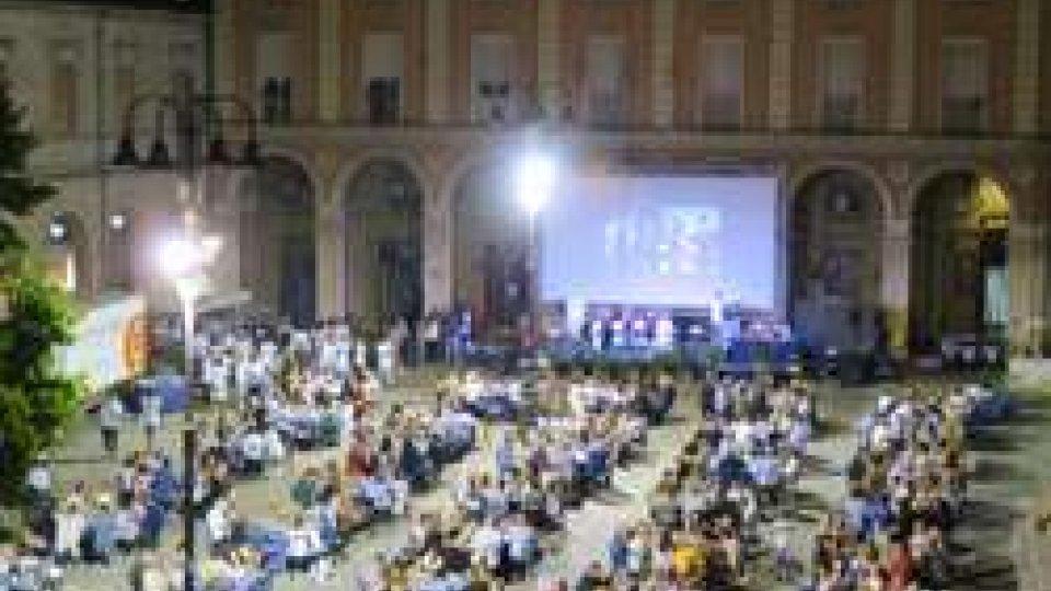 """""""Santarcangelo c'è"""", più di 300 presenze e oltre 10mila euro raccolti dalla cena con Valerio Braschi in piazza Ganganelli"""