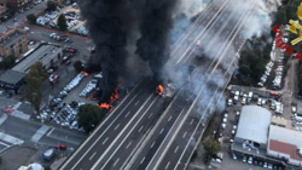 L'esplosione dall'alto a Borgo PanigaleBologna. Esplode un'autocisterna in A14. Due morti e decine di feriti