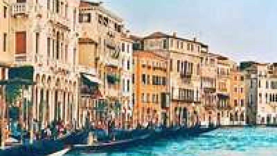Turismo: Confesercenti,settore non crolla grazie a stranieri
