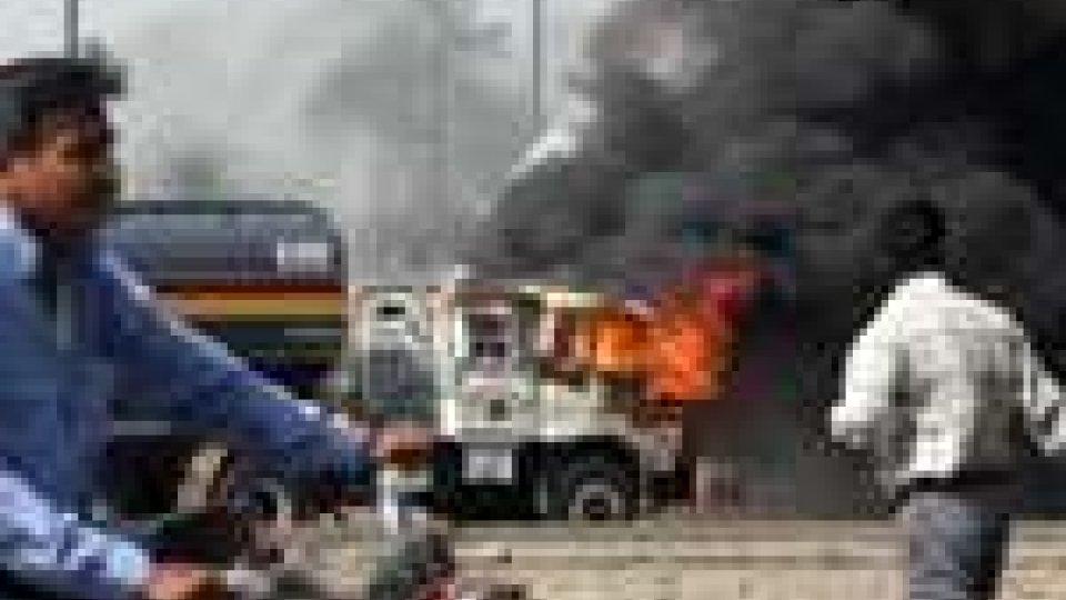 Attentato in Pakistan. Kamikaze provoca otto morti a Karachi