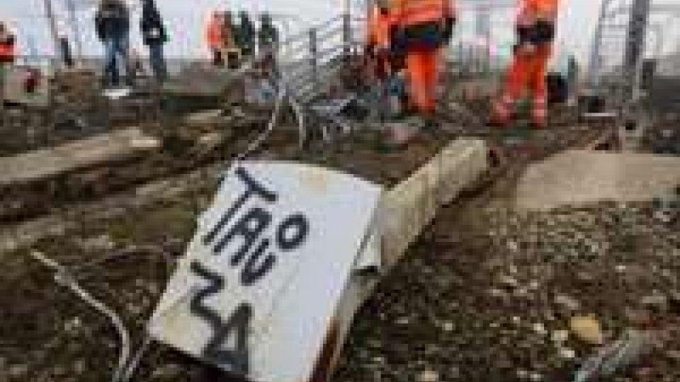 """A Bologna treni in tilt per un incendio doloso: scritte """"No tav"""", la procura indaga"""
