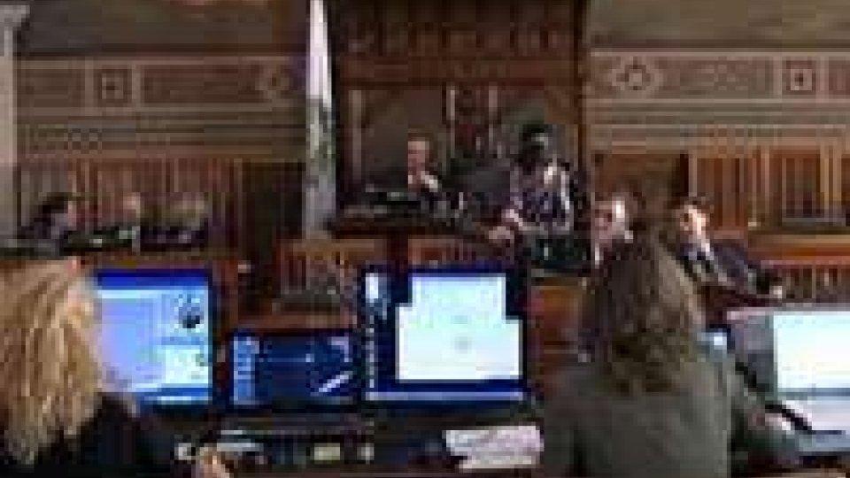 Consiglio: appello alla coesione nei primi interventi, rigettato dall'opposizione