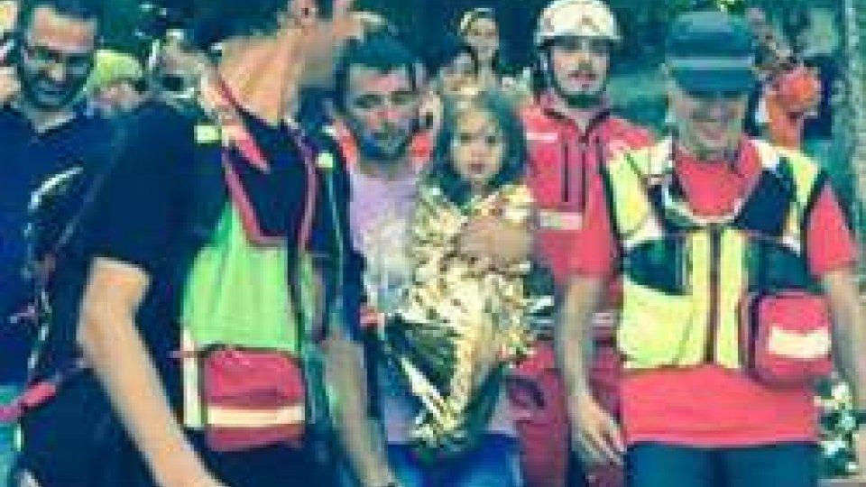 la bimba in braccio al padre (Repubblica.it)