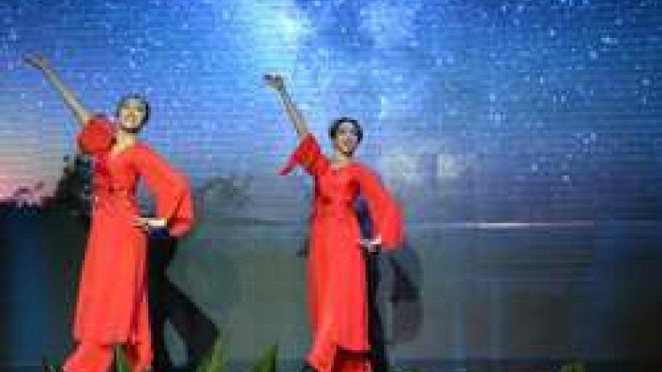 Capodanno cinese: Amo Sun e Zhiyi Zhou in danze tipiche