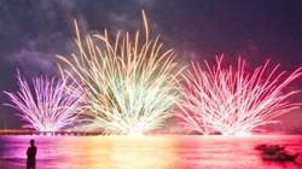 La città di Rimini si illumina di rosa: tutto è pronto per il Capodanno dell'estate