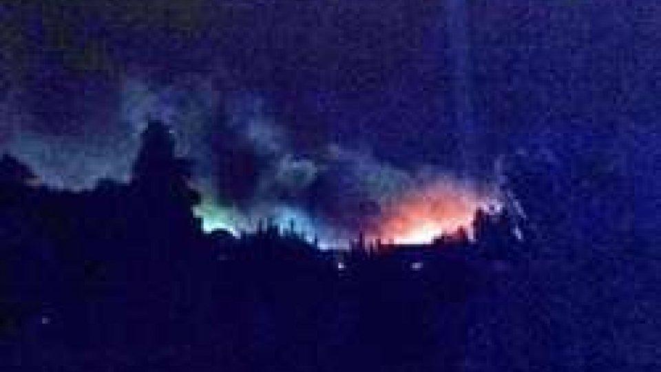 L'incendio visto a chilometri di distanza