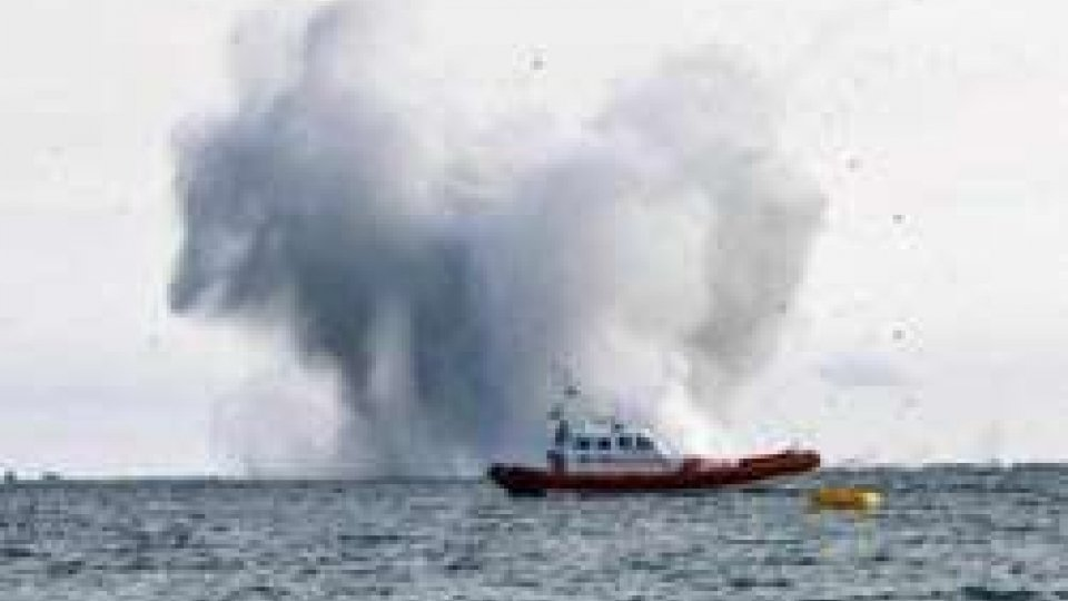Caccia militare precipita in mare