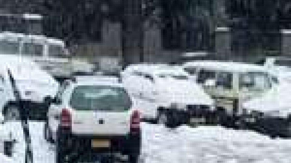 In India la neve provoca disagi e morti