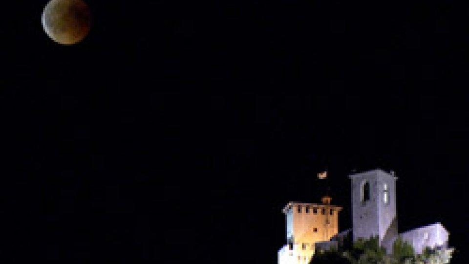 Le immagini dell'eclissi sul TitanoIn cielo lo spettacolo del secolo: le suggestive immagini dell'eclissi lunare a San Marino