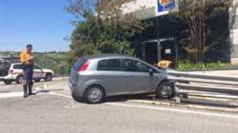 Incidente a Serravalle: non fa la curva, finisce contro il Dpiù - LE PRIME IMMAGINI