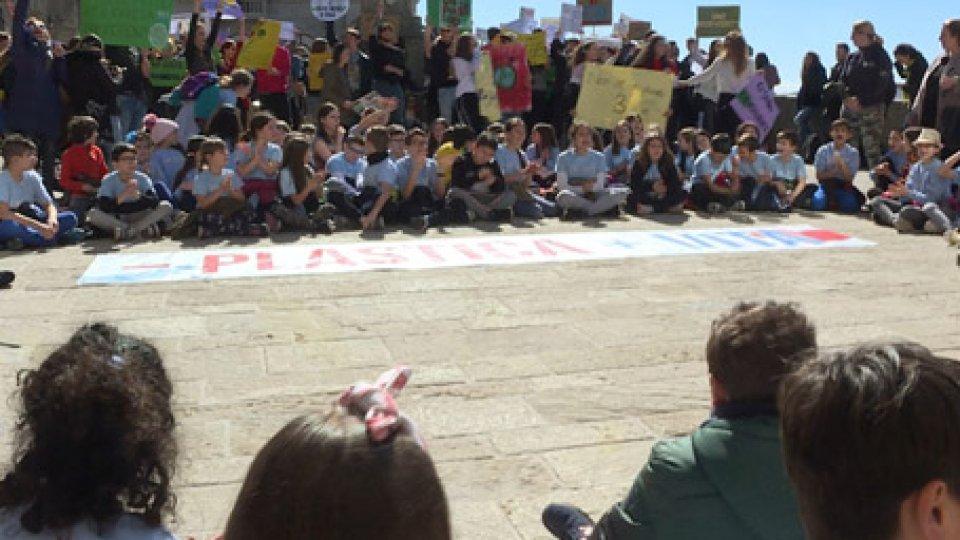 """Studenti sul Pianello""""Fridays for future"""": i giovani di tutto il mondo in piazza per salvare il pianeta"""
