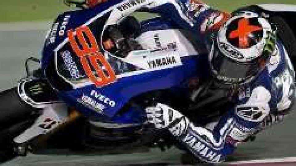 MotoGP: cade Valentino, pole da urlo di Lorenzo