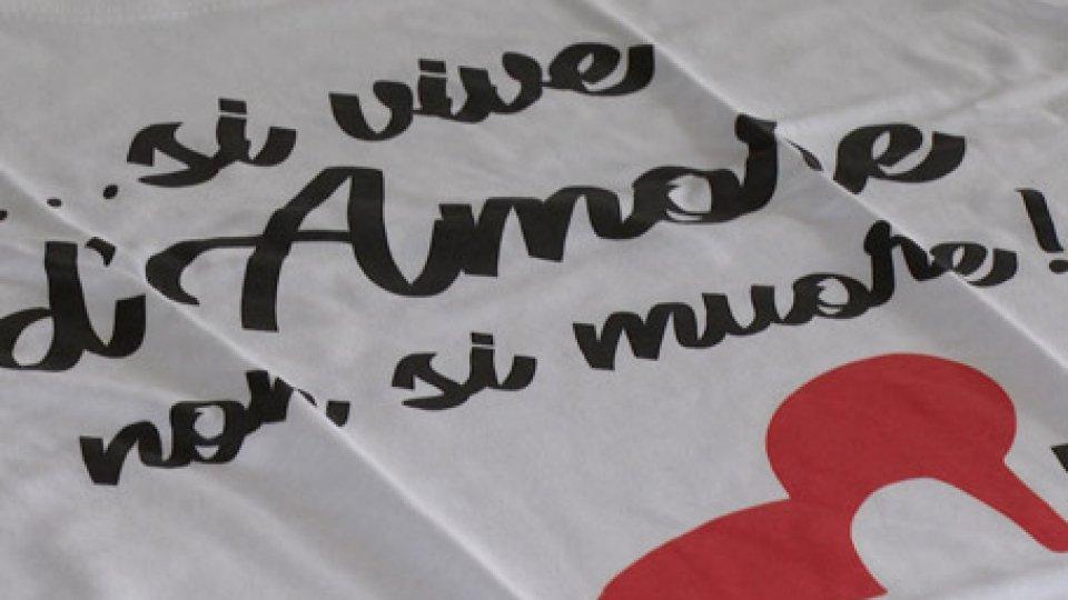 la maglietta delle Pari OpportunitàD'amore si vive, non si muore: con questo appello in una maglietta ci si prepara alla Giornata contro la violenza sulle donne