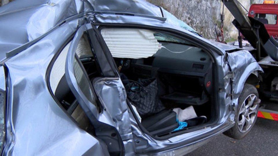 L'auto recuperataIncidente sulla Sottomontana, due sorelle precipitano nel dirupo - LE IMMAGINI