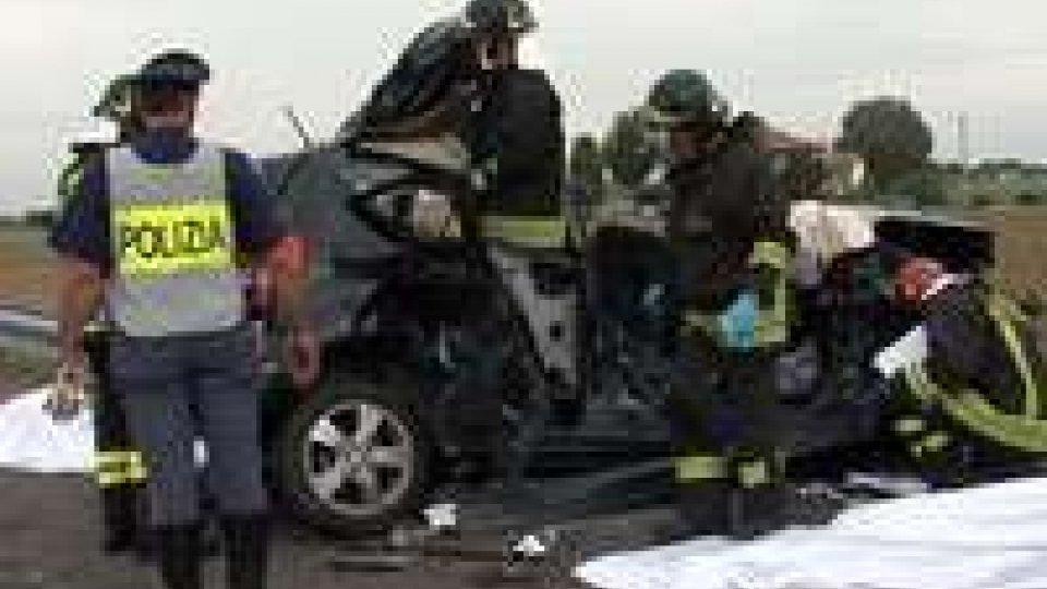 Due morti in A14 tra Cesena e Forlì. Ricoverate due gemelline di poco più di un annoDue morti in A14 tra Cesena e Forlì. Ricoverate due gemelline di poco più di un anno
