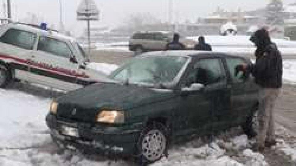 La Polizia Civile ferma auto non attrezzateAggiornamento serale neve: ha superato i 20 centimetri
