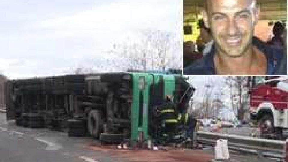 Il camion ribaltatoBorgo Maggiore: incidente mortale alla curva di Bustrac