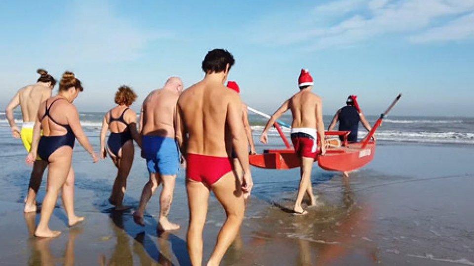 """Rimini: """"tuffo di Capodanno"""" davanti ad una folla di curiosi"""