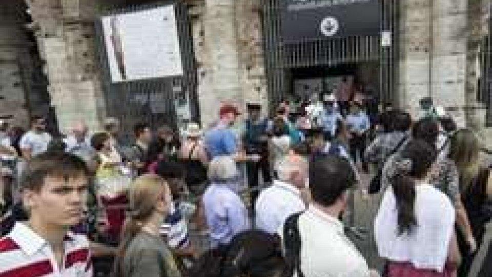 turisti in fila a Roma