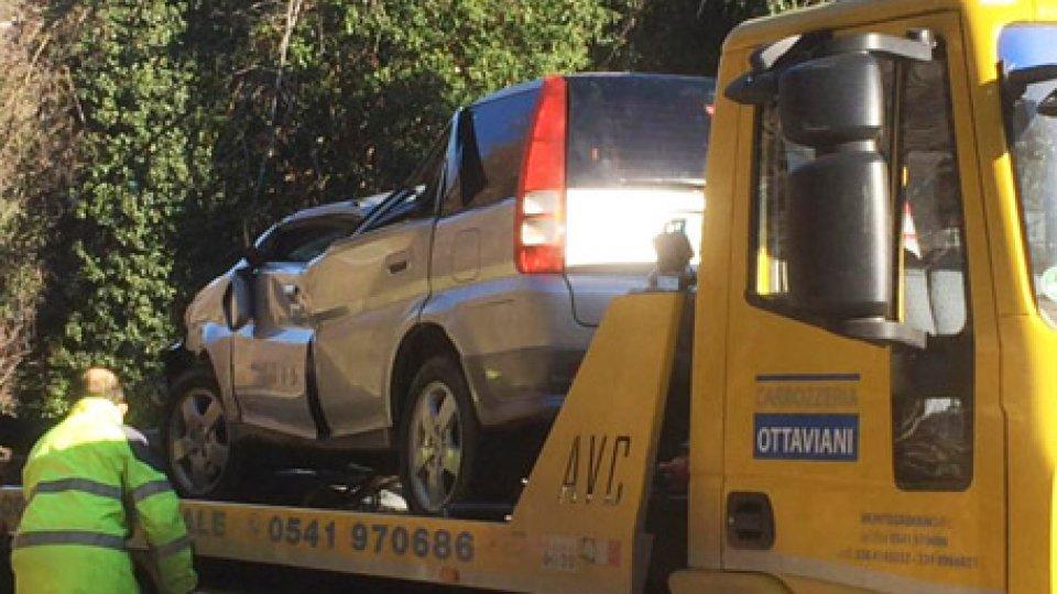 Incidente a Montelicciano[VIDEO] Montelicciano: finisce fuori strada con l'auto, interviene anche l'ambulanza da San Marino