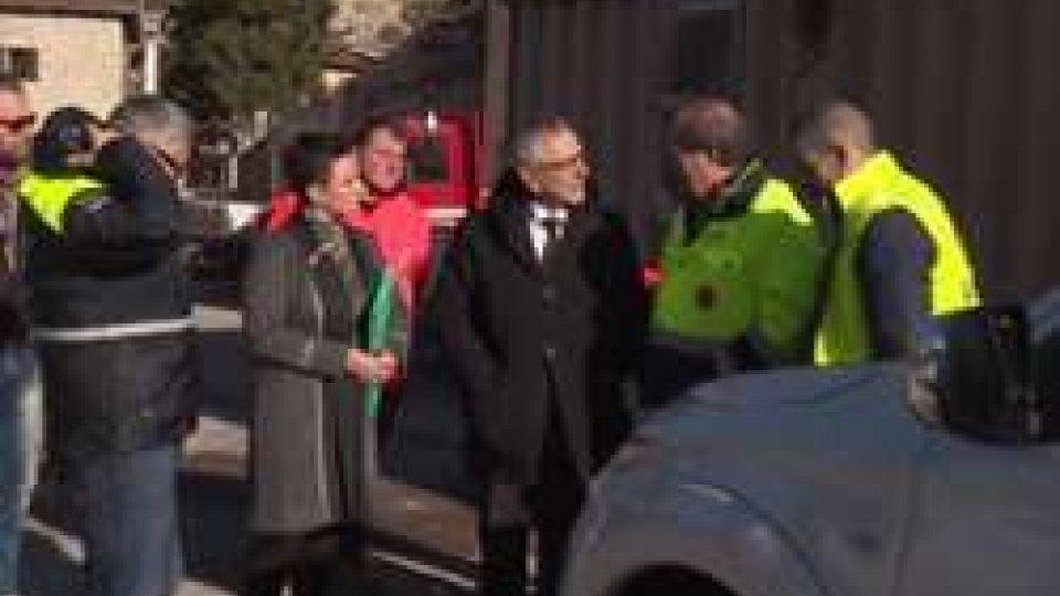 Pasquale Valentini consegna le chiavi del pick upIl pick up della solidarietà: il dono dei sammarinesi a Castelsantangelo sul Nera