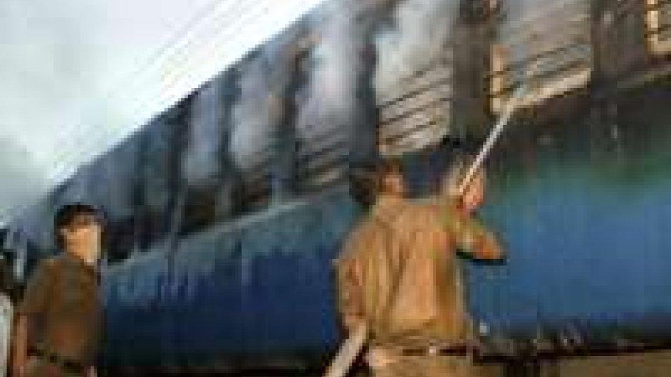 India: almeno 23 morti per incendio su treno