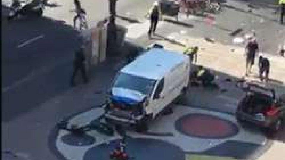 Furgone investe la folla sulla Rambla a Barcellona: 2 morti, molti feriti