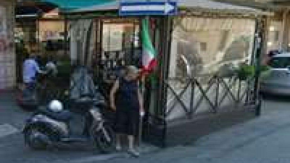 Minacciano con pistola e rapinano tabaccheria a Bologna