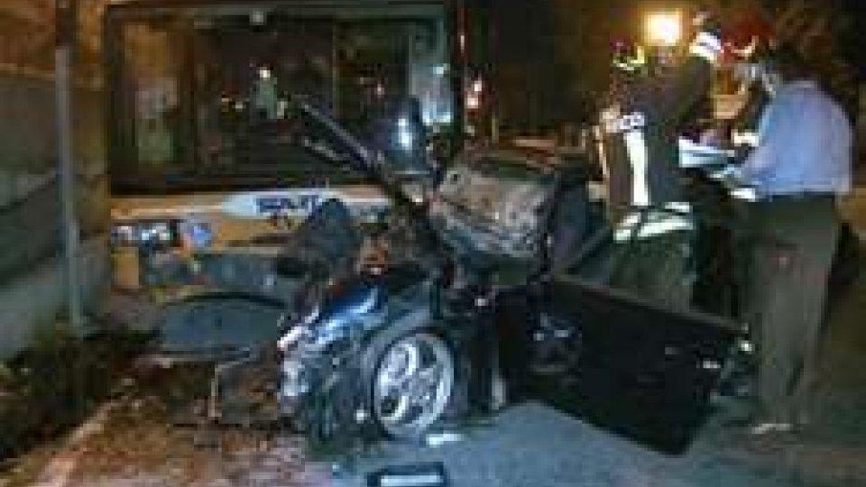 La Porsche dopo lo scontroPorsche contro autobus, gravissimo 48enne