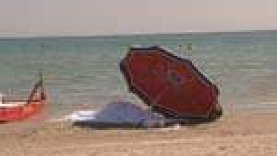 Il corpo sulla spiaggia