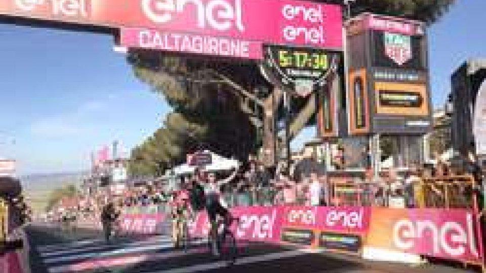 Wellens vince in volata (@raisport)Giro d'Italia, Wellens vince in volata a Caltagirone, Dennis resta in rosa