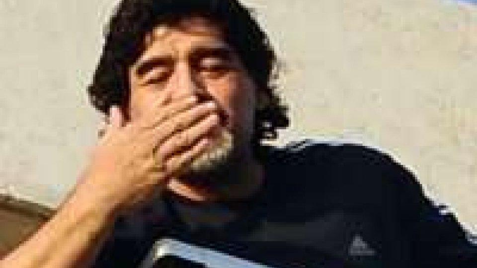 Maradona a Napoli abbracciato dai tifosi