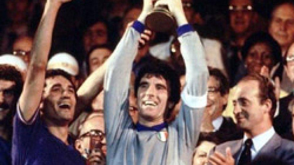 Dino Zoff alza la Coppa del Mondo