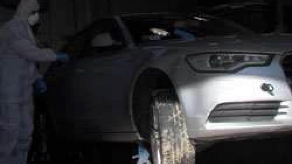 Ladri in fuga: rilievi della Scientifica sull'Audi sequestrataLadri in fuga: rilievi della Scientifica sull'Audi sequestrata