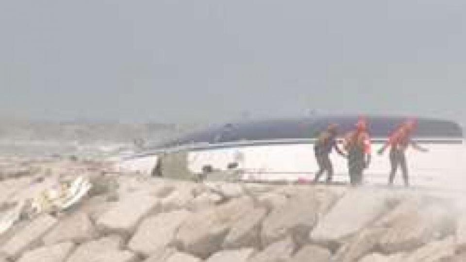 Rimini: barca contro gli scogli per maltempoRimini: barca contro gli scogli per maltempo davanti al Rock Island, ci sarebbero un morto e tre dispersi