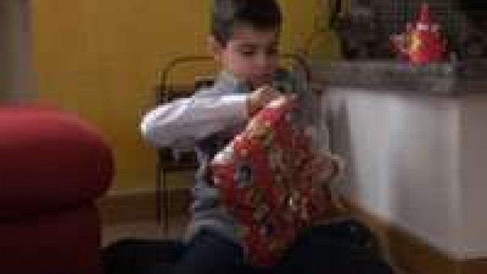 La gioia frenetica dei bambini nello scartare i regaliLa gioia frenetica dei bambini nello scartare i regali