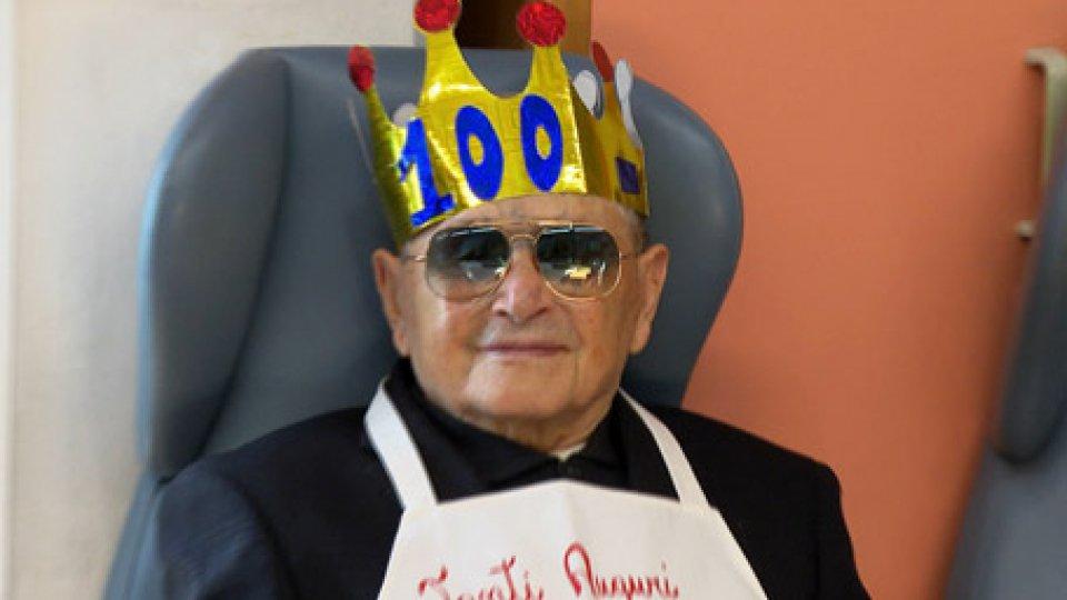 Guerrino Montanari100 con il sorriso: spegne per la centesima volta le candeline, il sammarinese Guerrino Montanari