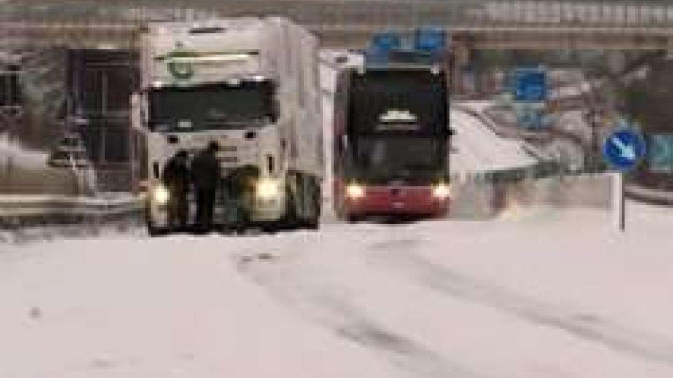 Camion in difficoltàNella morsa del gelo, fino a domani allerta Protezione Civile