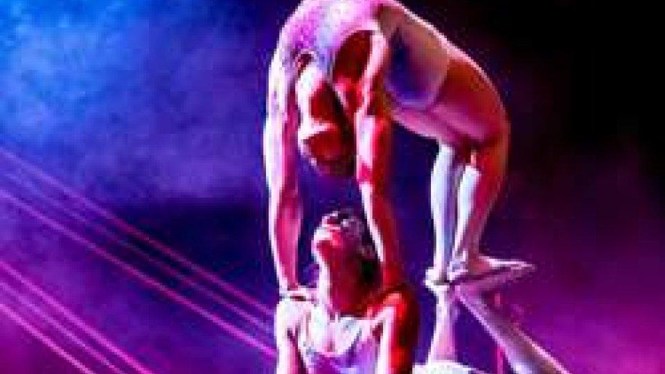 Gli acrobati Sonics in Toren al Teatro Nuovo di Dogana