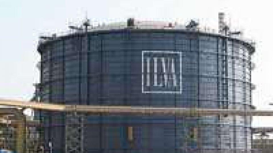Taranto, Ilva: operai sulla torre dell'altoforno